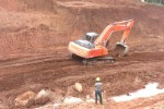 Proses pengerukan tanah di lokasi pembangungan Waduk Gondang, Kerjo, sudah dimulai, Kamis (29/1/2015). Pembuatan waduk pun sudah berjalan sekitar tujuh persen. (Bayu Jatmiko Aji/JIBI/Solopos)