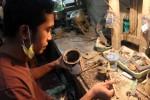 Salah satu pekerja di Perusahaan Batu Permata sedang memproses batu akik belum lama ini. (JIBI/Harian Jogja/Switzy Sabandar)