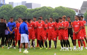Pelatih Persis Solo, Aris Budi Sulistyo (celana putih), memberikan pengarahan kepada pemain saat latihan di lapangan Lanud Adi Soemarmo, Colomadu, Karanganyar, beberapa waktu lalu. JIBI/Solopos/Sunaryo Haryo Bayu