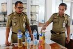Petugas Satpol PP menunjukkan minuman keras yang disita dari hasil patroli di Kompleks Pemerintahan Terpadu Pemkab Boyolali di Kemiri, Selasa (24/2/2015). (Hijriyah Al Wakhidah/JIBI/Solopos)