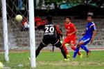 Pemain Persis Solo Ainudin (tengah) berhadapan dengan kiper Persiharjo saat laga uji coba di stadion Sriwedari, Solo, Kamis (26/2). Persis akhirnya unggul 1-0 atas Persiharjo. JIBI/SOLOPOS/Sunaryo Haryo Bayu