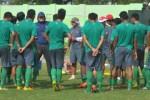 Skuad Garuda Muda mendengarkan instruksi pelatih Aji Santoso (PSSI)