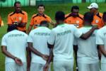 Pelatih Persipura Jayapura, Osvaldo Lessa, (ketiga dari kiri) memberikan arahan kepada anak asuhnya ketika berlatih menjelang AFC Cup 2015 di Lapangan C Latihan Timnas, GBK, Senayan (Ligaindonesia.co.id)