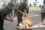 Aparat dari Kejaksaan Negeri Boyolali membakar uang palsu dalam acara pemusnahan barang bukti kasus yang sudah diputus dan berkekuatan hukum tetap, di halaman Kantor Kejari Boyolali, Rabu (4/2/2015). (Hijriyah Al Wakhidah/JIBI/Solopos)