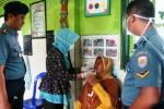 Komandan Lanal Cilacap Kolonel (P) Toto Suharyanto (kiri) memantau kegiatan pengobatan gratis yang digelar Djarum Foundation bekerja sama dengan Pangkalan TNI Angkatan Laut (Lanal) Cilacap, dan Yayasan Bangun Sehat Indonesiaku (YBSI), di Sentono Kawat, Cilacap, Jawa Tengah, Sabtu (31/1/2015).