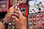 Calon pembeli memeriksa keaslian batu akik di sentra penjualan batu akik di Kota Kediri, Jawa Timur, Sabtu (21/2/2015). (JIBI/Solopos/Antara/Rudi Mulya)