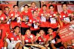 Para pemain dan ofisial Musica Champions Kudus berfoto bersama seusai meraih gelar juara Djarum Superliga 2015 untuk ketiga kalinya secara beruntun, Minggu (1/2/2015). Ist/badmintonindonesia.org