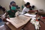 Perawatan naskah kuno Masjid Agung Solo, Selasa (3/2/2015). (Reza Fitriyanto/JIBI/Solopos)