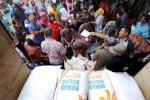 Antre beras saat Operasi Pasar Murni (OPM) 2015 di Bandung, Kamis (26/2/2015). (Bulog). (Rachman/JIBI/Solopos)