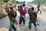 Tentara menggendong siswa menyeberangi sungai di Madiun, Senin (23/2/2015). (JIBI/Solopos/Antara/Siswowidodo)