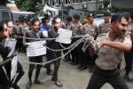Aksi teatrikal Budi Gunawan rantai pimpinan KPK, Senin (2/2/2015). (JIBI/Bisnis/Nurul Hidayat)
