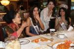 Miss Universe menyempatkan makan tempe, Senin (23/2/2015). (Endang Muchtar/JIBI/Bisnis).