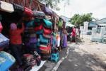 Upaya bertahan pedagang pelataran Pagelaran, Kamis (5/2/2015). (Reza Fitriyanto/JIBI/Solopos)
