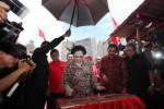 Megawati menandatangani prasasti peresmian, Jumat (13/2/2015). (Reza Fitriyanto/JIBI/Solopos)