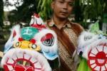 Pedagang miniatur barongsai di Kediri, Sabtu (31/1/2015). (JIBI/Solopos/Antara/Rudi Mulya)