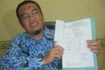 Kepala Dinas Kesehatan Kabupaten (DKK) Sukoharjo, Guntur Subiyantoro, menunjukkan hasil pemeriksaan cokelat batangan dari Balai Laboratorium Kesehatan Dinas Kesehatan Jateng di kantornya, Selasa (17/2/2015). (Bayu Jatmiko Adi/JIBI/Solopos)