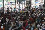 Ribuan umat muslim mengikuti pengajian dalam rangka perayaan Haul Habib Ali bin Muhammad bin Husain Al Habsyi di Mesjid Riyadh, Pasar Kliwon, Solo, Selasa (10/2). Peringatan Haul Habib Ali Al Habsyi ini digelar hingga Rabu (11/2/2015). (Reza Fitrianto/JIBI/Solopos)