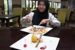 Karyawati Syariah Hotel Solo memperlihatkan menu Durian Pizza dan Pear Sous Vide with Durian Pure di hotel setempat, Rabu (4/2/2015). (JIBI/Solopos/Istimewa)