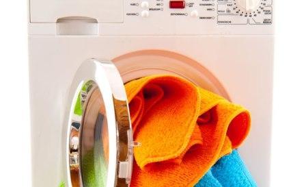 Ilustrasi mencuci baju dengan mesin cuci (Rinso.co.id)