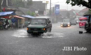 Ilustrasi mobil dikepung air hujan dan banjir (JIBI/Solopos/dok)