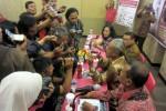 K.G.P.H. Puger menunjukkan batu bergambar tokoh pewayangan semar yang diperoleh melalui peristiwa metafisika kepada wartawan saat jumpa pers Festival Permata Nusantara di Hotel Fave Solo, Sabtu (28/2/2015). (Tri Rahayu/JIBI/Solopos)