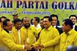 Para politikus Partai Golkar bersalaman seusai sidang MP, Rabu (25/2/2015). (JIBI/Solopos/Antara/Yudhi Mahatma)