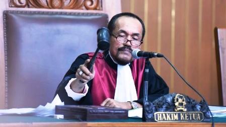 Hakim tunggal Sarpin Rizaldi mengetukkan palu pada sidang praperadilan pemohon Komjen Pol. Budi Gunawan di Pengadilan Negeri Jakarta Selatan, Senin (16/2/2015). Hakim akhirnya memutuskan bahwa penetapan tersangka Komisaris Jenderal Budi Gunawan oleh Komisi Pemberantasan Korupsi tidak sah. (JIBI/Solopos/Antara/Hafidz Mubarak A.)