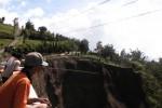 Warga menyaksikan tebing yang longsor di Jalur Solo-Selo-Borobudur (SSB) tepatnya di Desa Samiran, Kecamatan Selo, Boyolali, Sabtu (14/2/2015). Longsor susulan terjadi Jumat (13/2/2015) sekitar pukul 21.00 WIB. (Muhammad Irsyam Faiz/JIBI/Solopos)