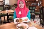 Karyawan Hotel Aziza menunjukkan hidangan baru ala Timur Tengah yang menjadi andalan hotel tersebut, Kamis (26/2/2015). Hotel bintang tiga ini kini memosisikan diri sebagai pusat kuliner makanan Timur Tengah di Solo. (Asiska Riviyastuti/JIBI/Solopos)
