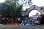 Kelompok hadrah Zamzabila bersiap memainkan alat musik rebana di Panggung Kampung Solo, Plaza Sriwedari, Minggu (22/2/2015). Pentas seni itu diselenggarakan Pemerintah Kota Solo sebagai upaya melestarikan kesenian tradisional. (Muhamad Muchlis/JIBI/Solopos)
