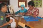 Pegawai Kantor Kementerian Agama (Kemenag) Sukoharjo, Edi (kiri), menerima pendaftaran haji dua warga di kantor setempat, Selasa (11/2). (Rudi Hartono/JIBI/Solopos)