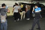 Personel Gegana bersiap membawa pergi tong dan kardus yang diklaim polisi berisi benda diduga bom di ITC Depok, Senin (23/2/2015). (Indrianto Eko Suwarso/JIBI/Solopos/Antara)