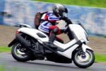 Posisi active riding mengendarai Yamaha NMax 150 (Tmcblog)