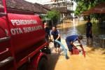 Banjir di sekitar kediaman pribadi Wali Kota Solo F.X. Hadi Rudyatmo di Pucangsawit, Solo, Jumat (20/2/2015) pagi. (Reza Fitrianto/JIBI/Solopos)