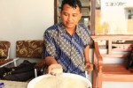 Ketua RT 001/RW 003 Dukuh Cangakan, Desa Wironanggan, Aris Sudibyo menunjukkan kondisi raskin yang diterima warganya, Rabu (18/2/2015). (Abdul Jalil/JIBI/Solopos)