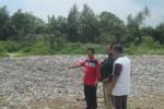 Warga menunjukkan lokasi pembuangan sampah di TPA Joho, Kecamatan Prambanan, Selasa (24/2/2015). Sejak Minggu (22/2), pembuangan sampah ke lokasi itu dihentikan lantaran diprotes warga. (Taufiq Sidik Prakoso /JIBI/Solopos)