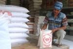 Seorang karyawan Toko Rajawali, Terminal Angkudes Wonogiri, Prayit 'Gogik' menunjukkan dua sak beras jenis mentik yang dijualnya, Senin (23/2/2015). Stok beras di tokonya habis sepekan terakhir. (Trianto Hery Suryono/JIBI/Solopos)