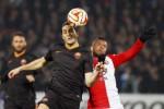 Pemain AS Roma Kostas Manolas (ki) dan Feyenoord, Tonny Trindade, duel berebut bola. JIBI/Rtr/Yves Herman