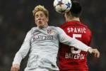 Pemain Leverkusen Emir Spahic duel lawan pemain Atletico Fernando Torres (ki). JIBI/Rtr/Wolfgang Rat