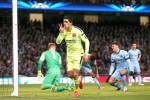 Striker Barcelona Luis Suarez merayakan golnya ke gawang Manchester City saat melakoni leg pertama babak 16 Besar Liga Champions. JIBI/Reuters/Lee Smith