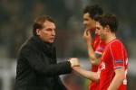 Manager Liverpool Rodgers, genggam tangan Dejan Lovren yang gagal mengeksekusi. JIBI/Rtr/Andrew Boye