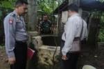 Petugas dari Polsek Klego meninjau tempak kejadian perkara (TKP) di Dukuh Canggal, Desa Karangmojo, Minggu (2/1/2015). (Foto Istimewa)