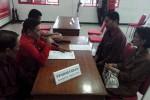 Kepala Bapermas Solo Anung Indro Susanto (kedua dari kanan) mendaftar sebagai bakal calon wali kota melalui PDIP, Sabtu (14/2/2015), di Kantor DPC PDIP Solo. (Tri Rahayu/JIBI/Solopos)