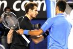 Novak Djokovic (Kanan) bersalaman tangan dengan Andy Murray setelah dia berhasil unggul dan menjadi juara Australian Open 2015. JIBI/Reuters/David Gray