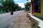 Halaman rumah warga di Dusun Blimbing, Desa Sukoreno, Sentolo belum diperbaiki pasca proyek pelebaran Jalan Dudukan di kawasan industri selesai dilakukan, Minggu (8/2/2015). (Holy Kartika N.S/JIBI/Harian Jogja)