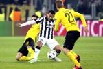 Striker Juventus, Carlos Tevez (tengah) dihadang dua pemain Borussia Dortmund Nuri Sahin (kiri) pada laga leg pertama babak 16 Besar Liga Champions.  JIBI/Reuters/Alessandro Bianchi