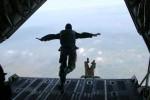 Para penerjun free fall melakukan lompat bebas melalui rump up door atau pintu belakang pesawat C-130 Hercules A1310 di atas langit Lanud Gading, Playen, Gunungkidul, Senin (16/2/2015) (JIBI/Harian Jogja/Sunartono)
