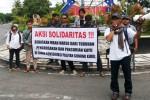 Sejumlah aktivis melakukan orasi di depan Bundaran Pemkab Gunungkidul. Mereka meminta agar terdakwa Mbah Harso dibebaskan dari segala tuduhan. Selasa (3/2/2015) (JIBI/Harian Jogja/Polres Gunungkidul)