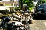 Sejumlah pemilik warung di depan Pasar Sentolo lama mencoba mencari benda berharga dari bekas puing-puing warung miliknya yang terbakar, Sabtu (21/2/2015). (JIBI/Harian Jogja/Holy Kartika N.S.)