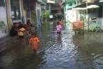 Banjir akibat luapan Sungai Pepe terjadi di Kelurahan Kedunglumbu, Pasar Kliwon, Solo, Selasa (10/2/2015). Banjir menyebabkan ratusan rumah warga terendam air dengan ketinggian air 20 sentimeter sampai 30 sentimeter. (Muhammad Ismail/JIBI/Solopos)